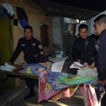 Agentes de la Policía auxilian a uno de los supuestos delincuentes que resultaron heridos en Mejicanos. Foto EDH / Éricka Chávez