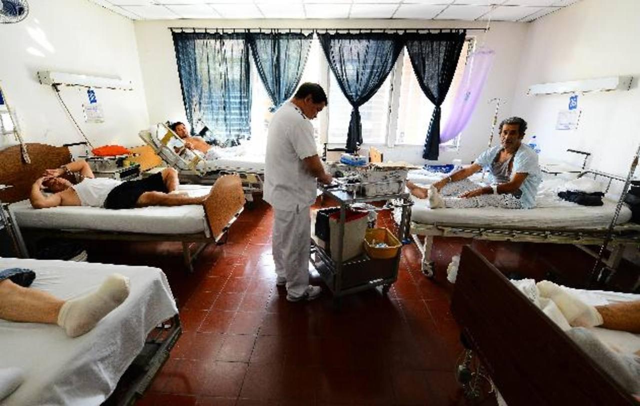 Pacientes con pie diabético permanecen acostados en cubrecamas sucios.