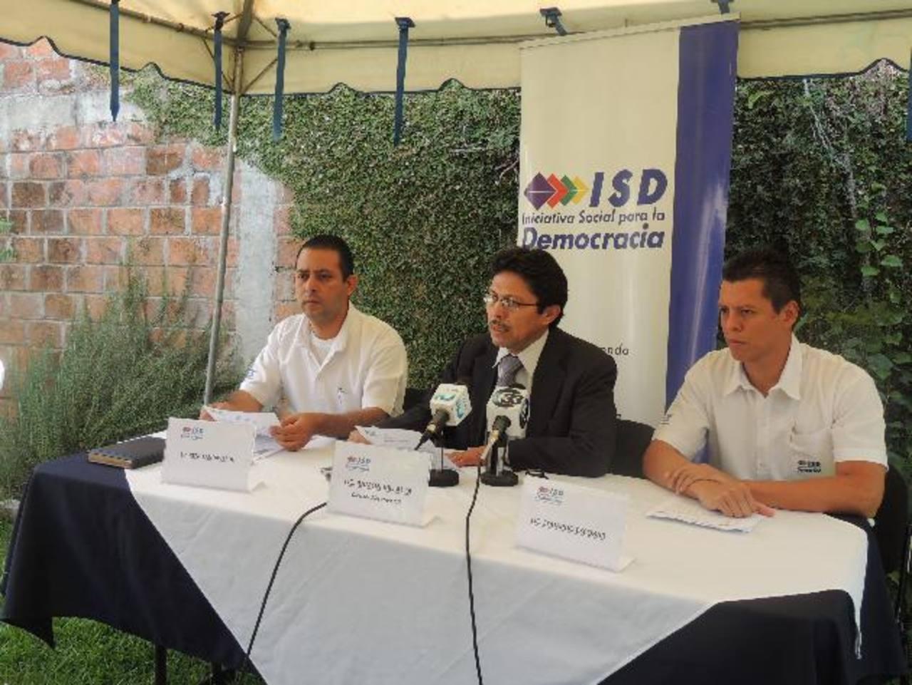 El director del ISD, Ramón Villalta (centro) en conferencia de prensa en torno al tema de las reformas a la LAIP.