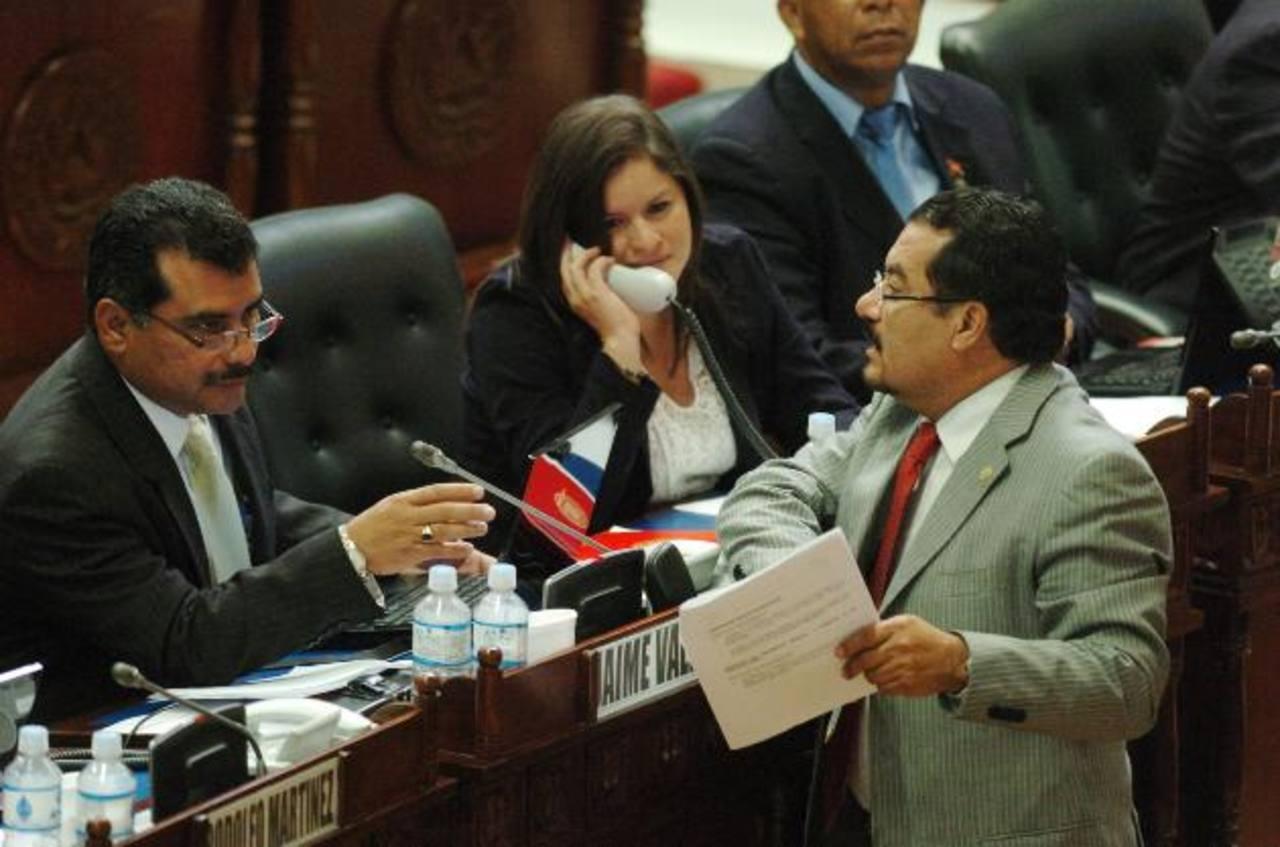 Jaime Valdez, de la bancada del FMLN conversa con su colega Guillermo Mata. Valdez es uno de los firmantes de la reforma a la LAIP, lo que le ha acarreado críticas. foto EDH / jorge reyes