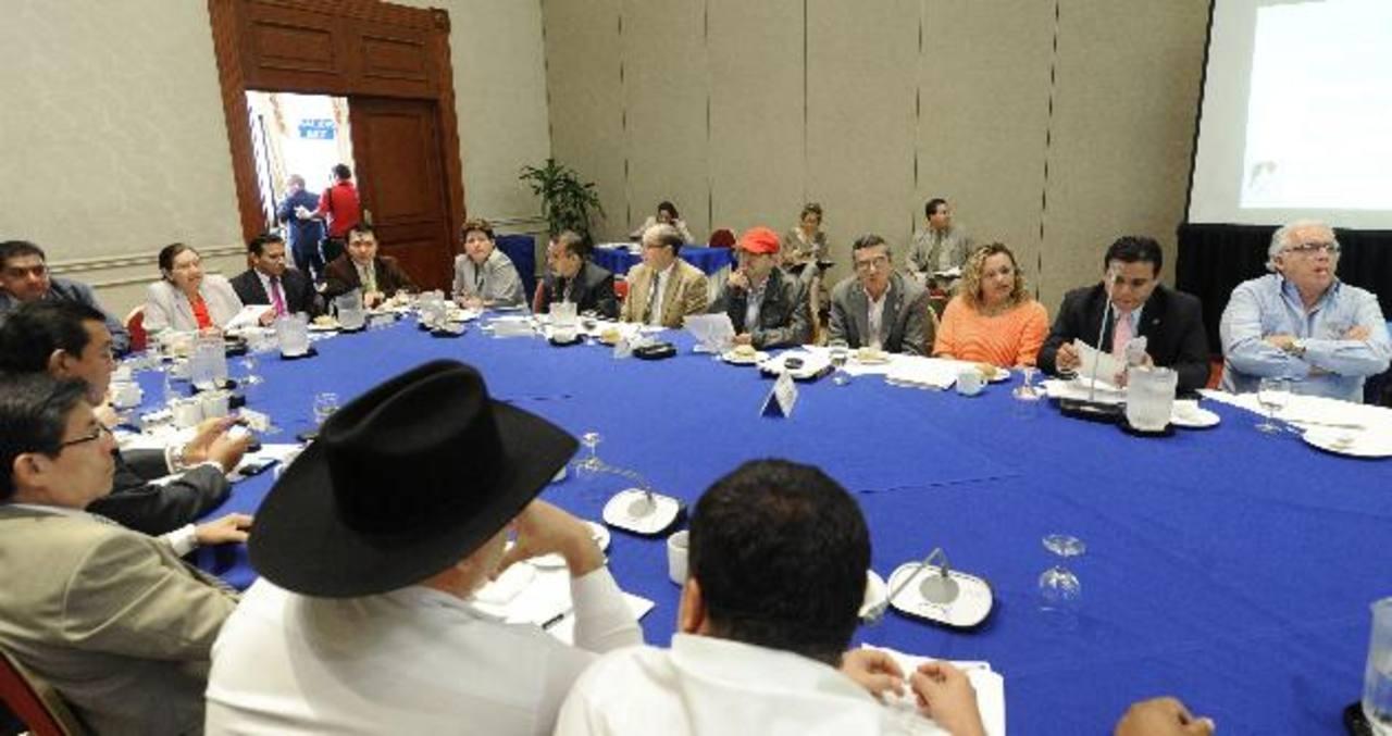 El directorio de Comures se reunió ayer con diputados de la Comisión de Reformas Electorales. Foto edh / douglas urquilla