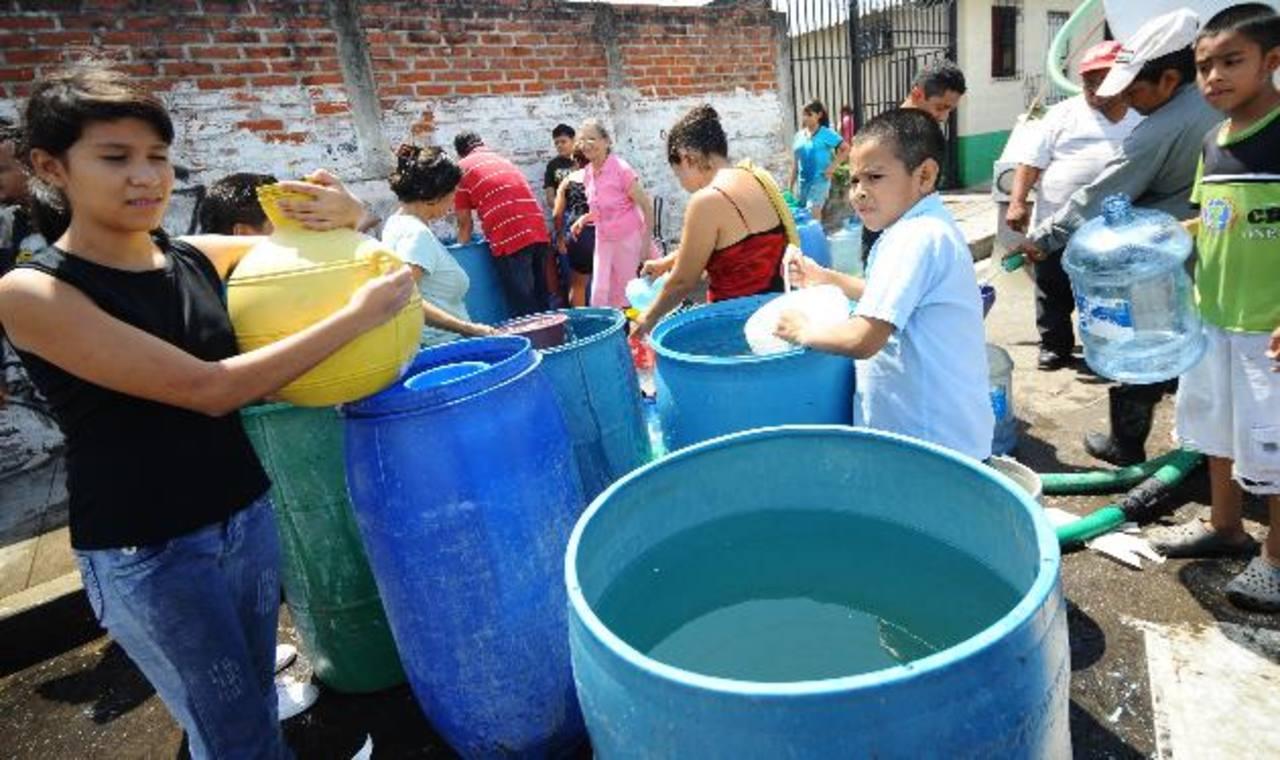 Anda invitó a la población a abastecerse de agua, ya que por tres días no se contará con el recurso. Foto EDH /archivo