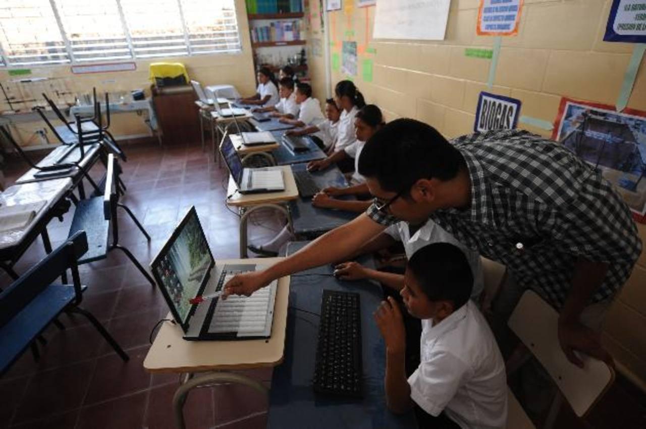 El profesor Douglas Ernesto García enseña computación a niños de la escuela Caserío San Luis Córdova. foto edh / Lissette Monterrosa