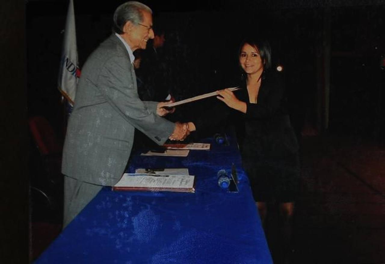 Foto en la que aparece Ana Elizabeth Guerra Pérez recibiendo su título como enfermera, el pasado 21 de septiembre. Se graduó de la Universidad Andrés Bello. Foto EDH / Marlon Hernández.Foto que Ana Elizabeth tenía en su cuenta de Facebook. Foto EDH /