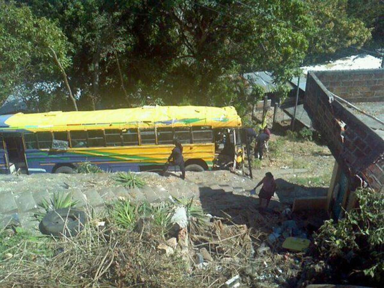 Un autobús se accidentó en Cojutepeque. Foto vía Twitter Óscar Iraheta