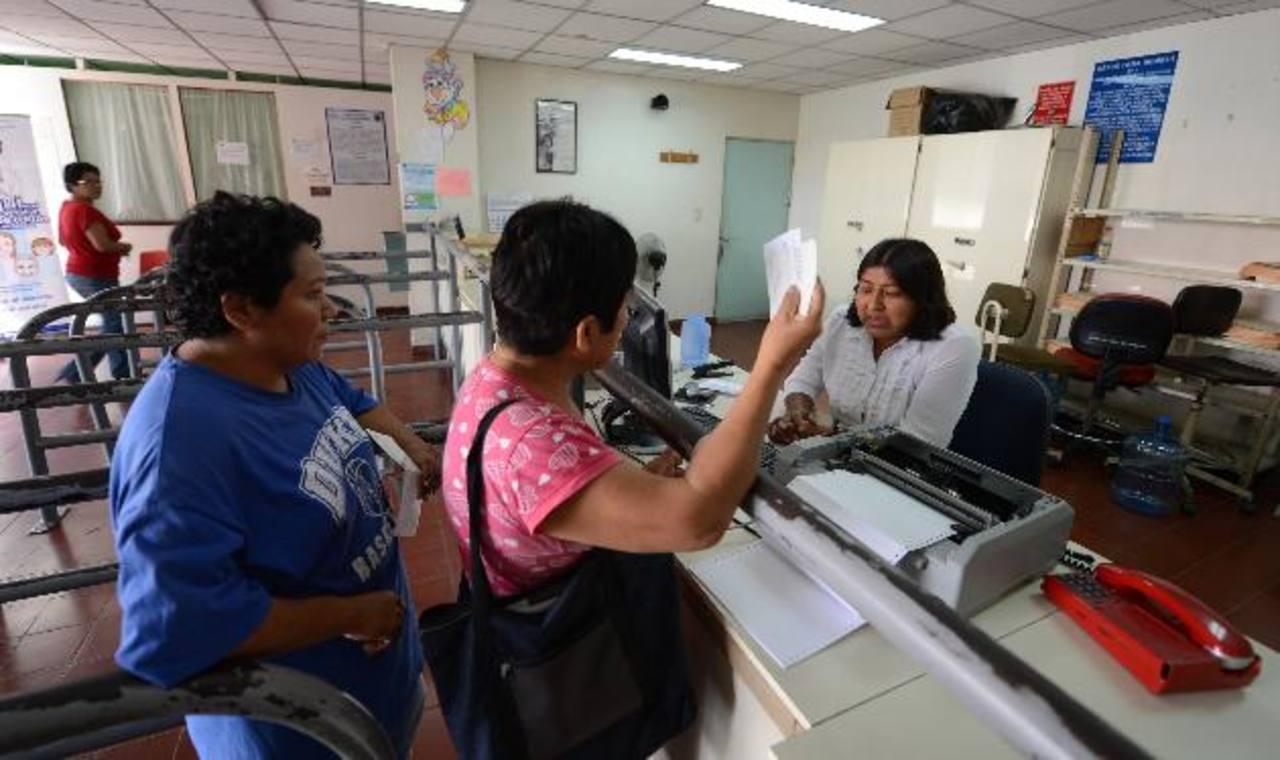 Usuarios del hospital nacional Zacamil esperan que les programen la cita médica. Foto EDH / archivo