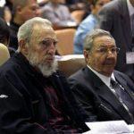 El presidente de Cuba Raúl Castro, a la derecha, y su hermano Fidel Castro asisten a la apertura de la sesión de la Asamblea Nacional del Poder Popular