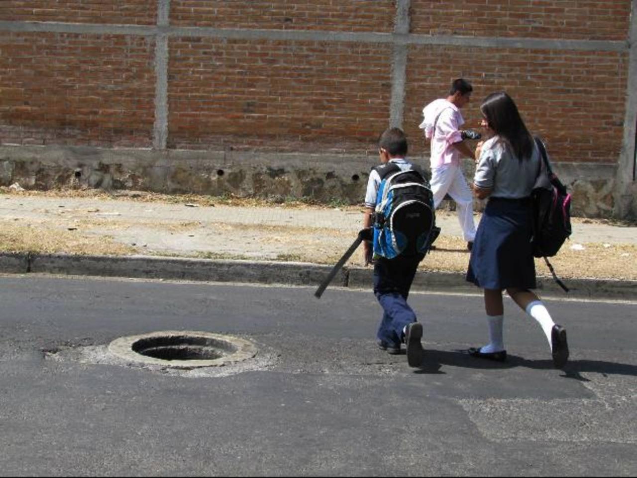 El peligro también es para los transeúntes, sobre todo, los niños. Foto EDH / Mauricio Guevara