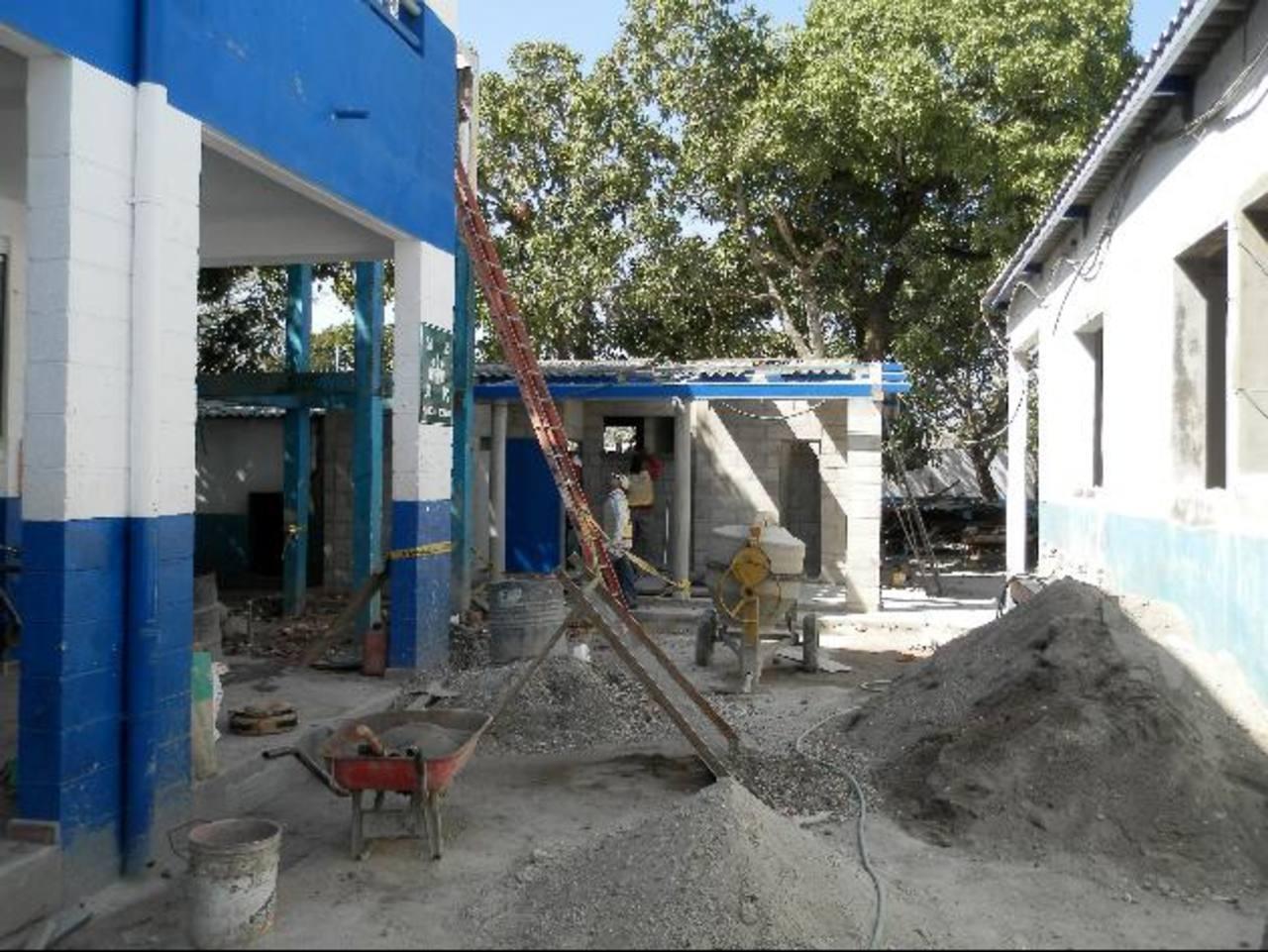 Las obras de reconstrucción del centro escolar iniciaron en noviembre y terminarán en mayo próximo. Foto EDH / Milton jaco