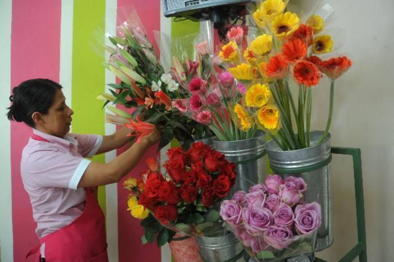 En Celiflor aumentaron la mano de obra para salir con todos los pedidos. El arreglo con mayor demanda sigue siendo el de rosas. foto edh / lissette monterrosa