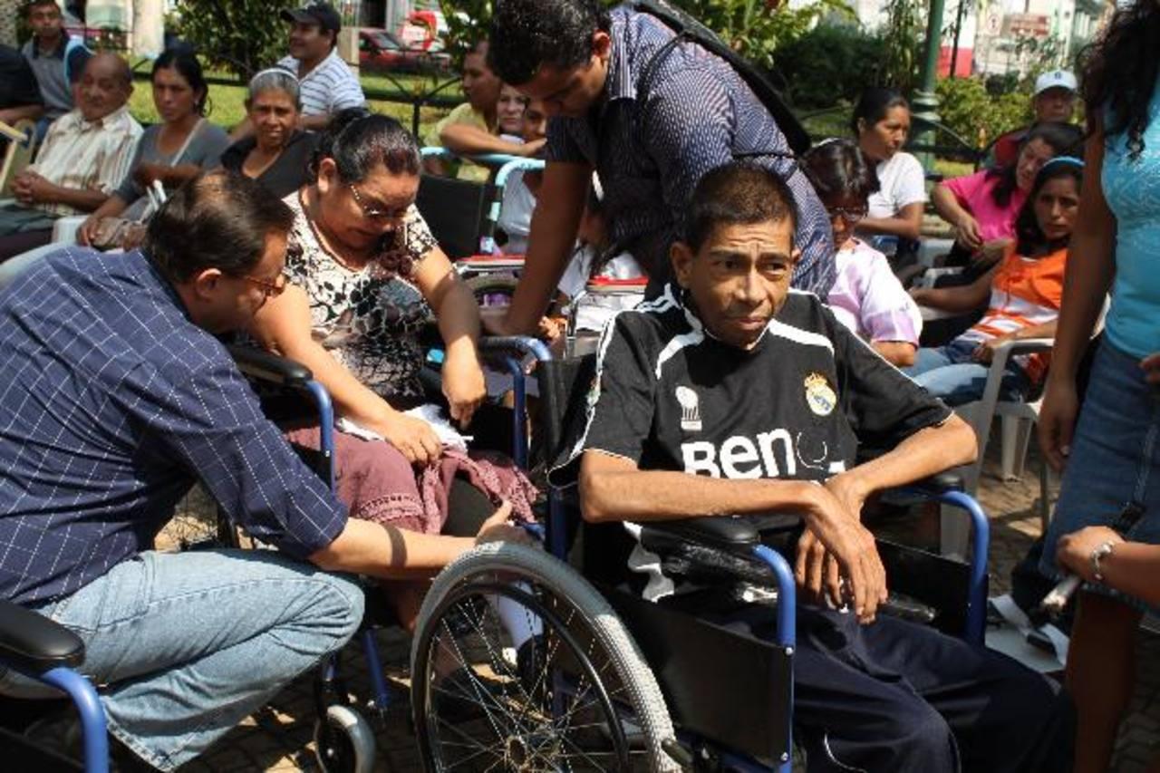Quince sillas de rueda, cinco andaderas y cinco bastones fueron entregadas ayer a personas con diferentes tipos de discapacidad, en Ahuachapán. Foto EDH / Roberto Díaz Zambrano