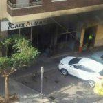Así quedó la fachada de la entidad financiera luego del incidente. Foto elmundo.es