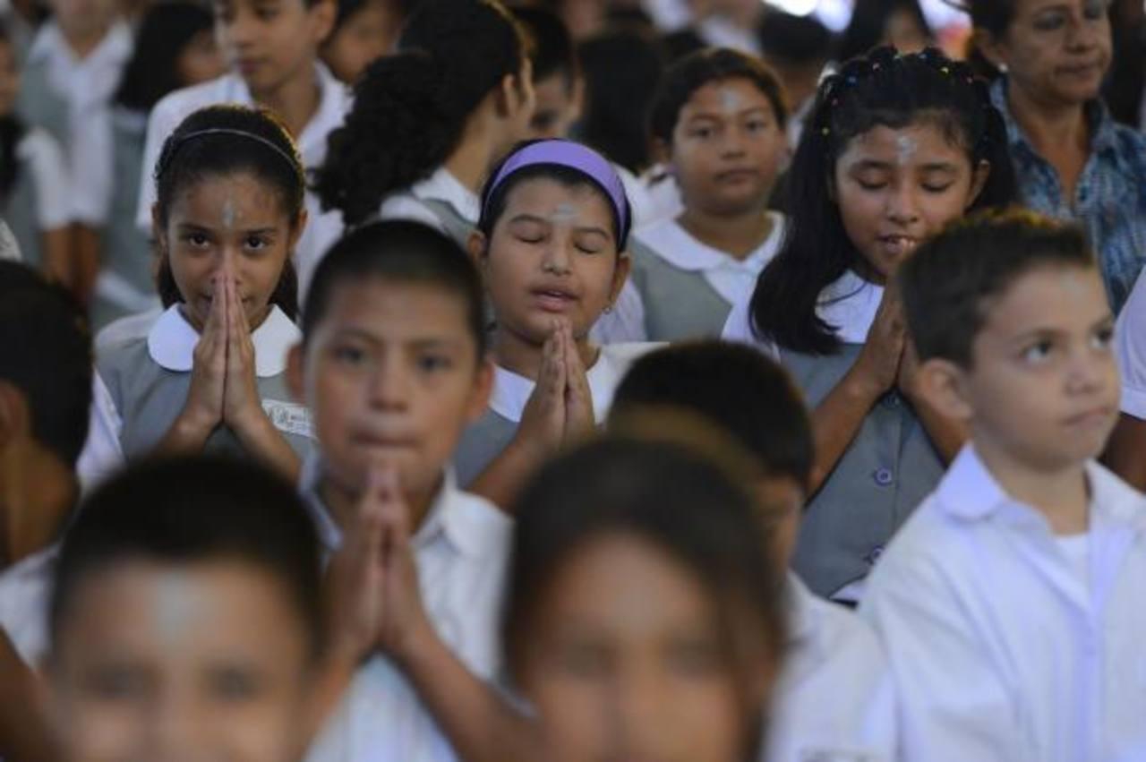 La iglesia del Perpetuo Socorro recibió a los alumnos del Liceo Nuestra Señora de los Ángeles, quienes participaron de la misa del Miércoles de Ceniza con la devoción por iniciar la Cuaresma. foto edh /MARVIN RECINOS