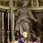 El papa Benedicto XVI (c) oficia la misa del Miércoles de Ceniza en la Basílica de San Pedro, en El Vaticano, ayer.