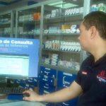 Algunas farmacias ya empezaron a instalar el sistema de consulta de los nuevos precios. Foto EDH / archivo