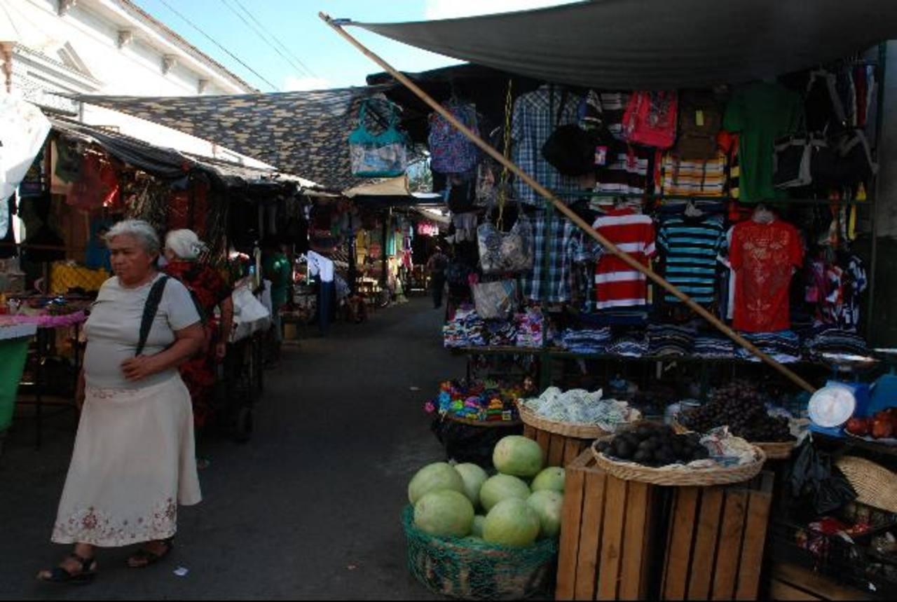 La municipalidad dijo que son tres calles las que están siendo ocupadas por vendedores desde hace dos décadas, aproximadamente. foto edh / CRISTIAN DÍAZ