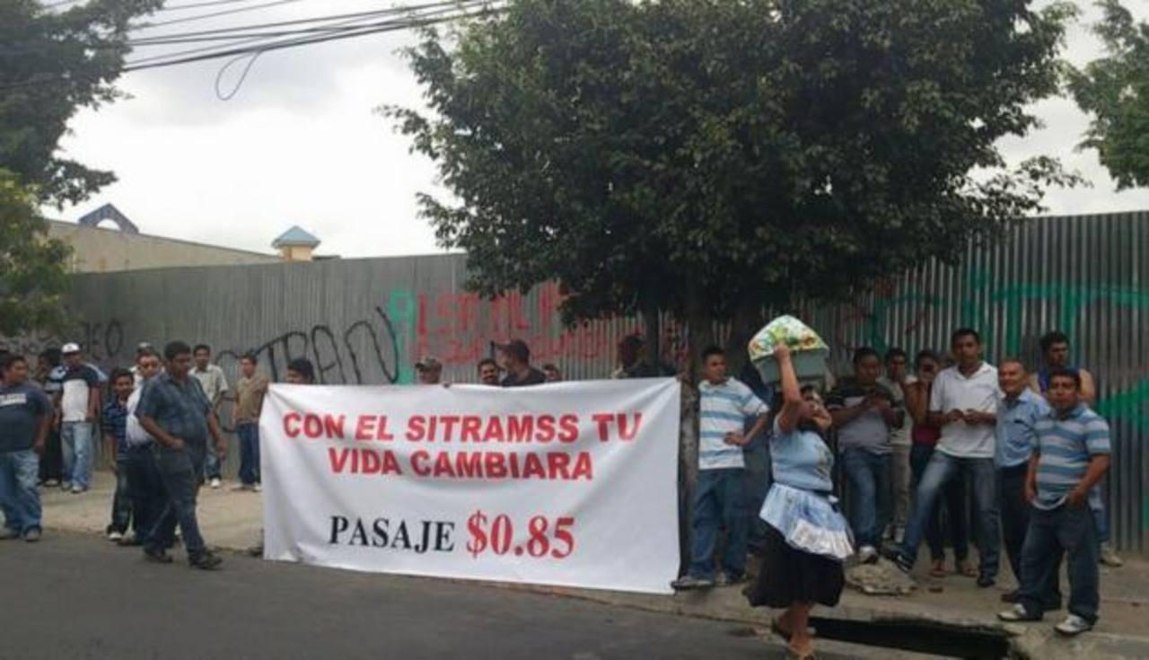 Transportistas protestaron y luego marcharon a la alcaldía de Soyapango. Foto vía Twitter Claudia Castillo