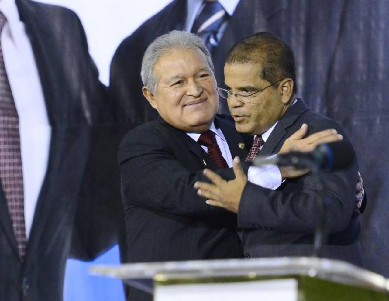 Sánchez Cerén abraza a su compañero de fórmula Óscar Ortiz durante el evento de ayer. Foto EDH / Mario Amaya