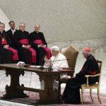 Benedicto XVI (centro) da un discurso en la audiencia especial en la diócesis de Roma. foto edh / efe