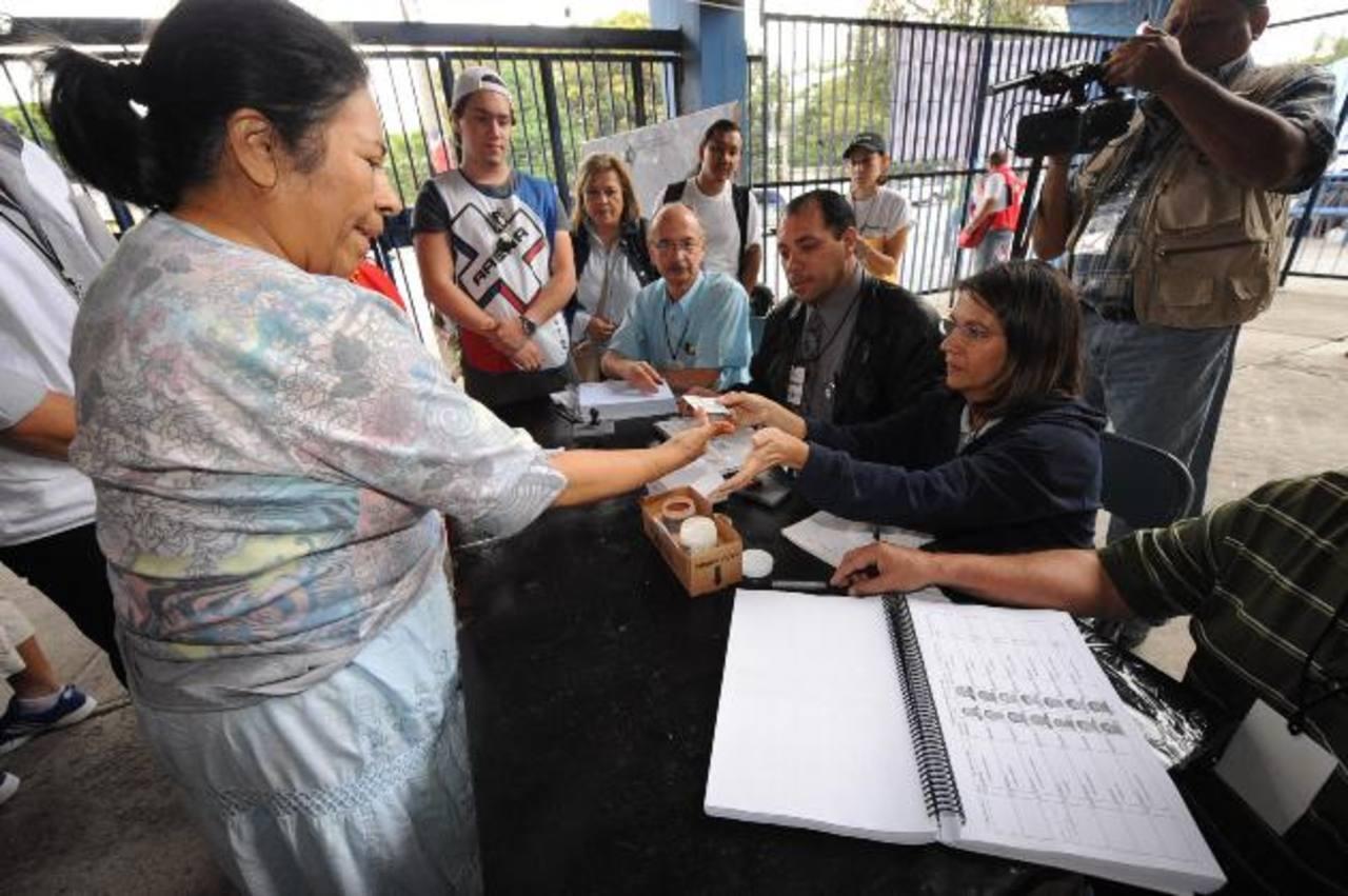 """En 2009, el TSE abrió un centro de votación exclusivo para compatriotas en el """"Mágico"""" González. foto edh / ARCHIVO"""