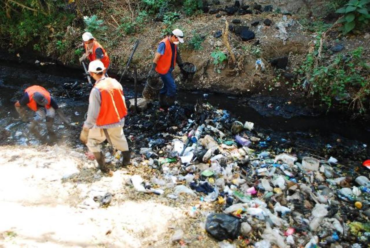 La comuna limpia ríos y quebradas al menos tres veces al año y en cada una sacan decenas de toneladas de basura. fotos edh / francisco torres