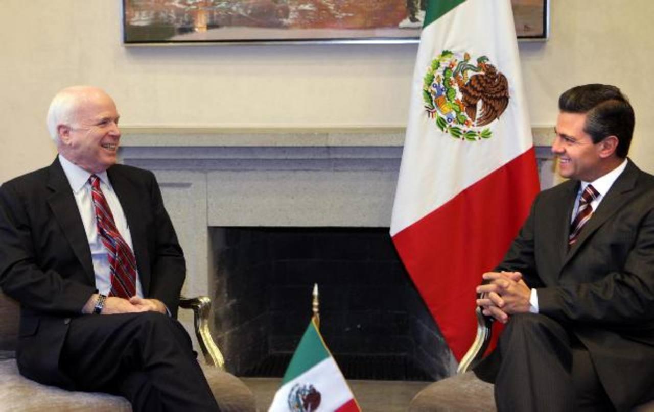El senador estadounidense John McCain y Enrique Peña Nieto.