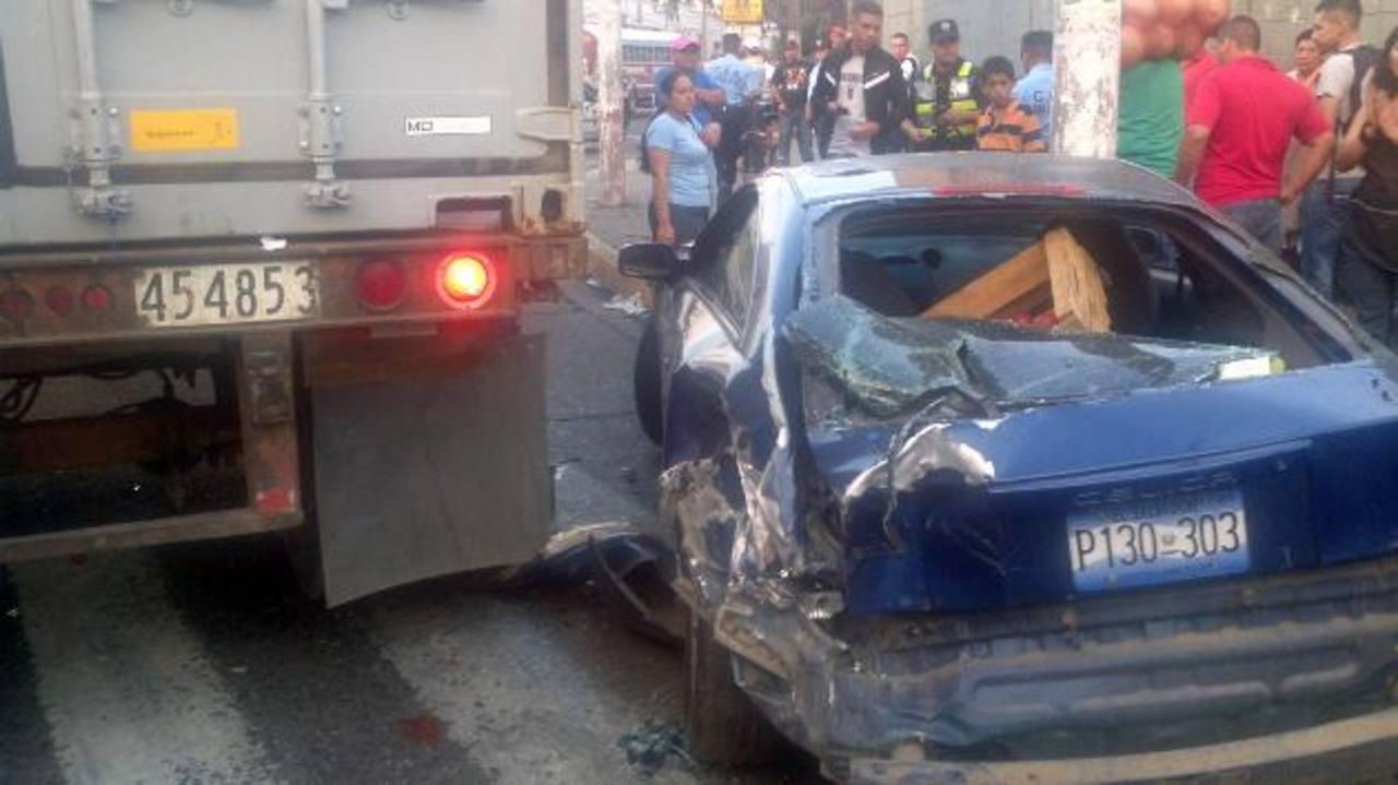 El accidente ocurrió en las cercanías del Reloj de Flores, San Salvador. Foto vía móvil Vladimir Rosales