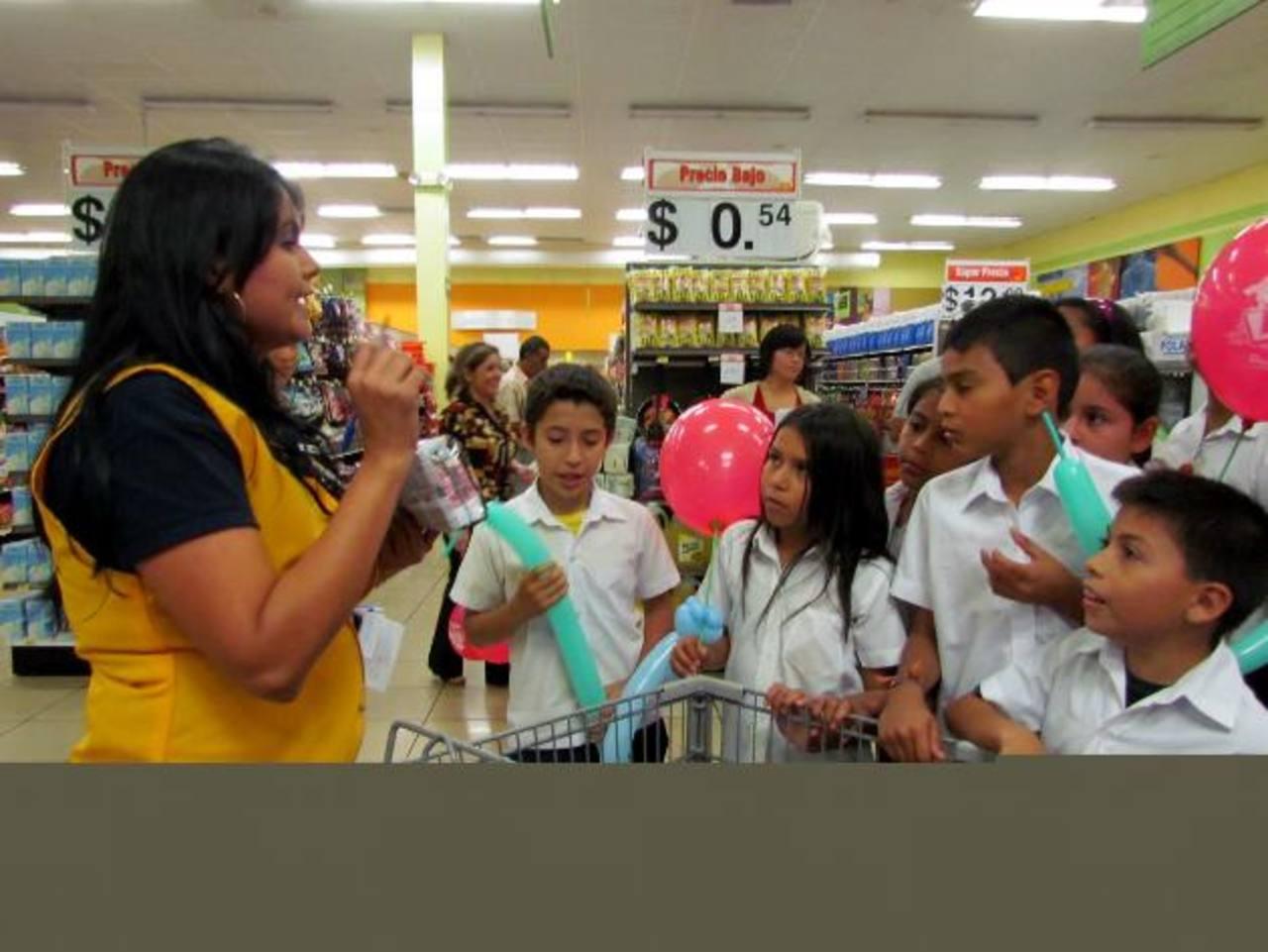 Los alumnos aprendieron cómo se distribuyen los productos en un supermercado. foto edh / MAURICIO GUEVARA