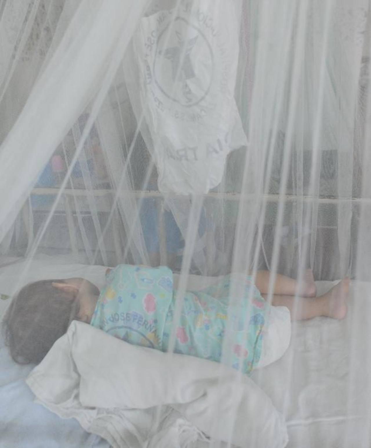 Un infante con síntomas de dengue permanece ingresado en el Zacamil.