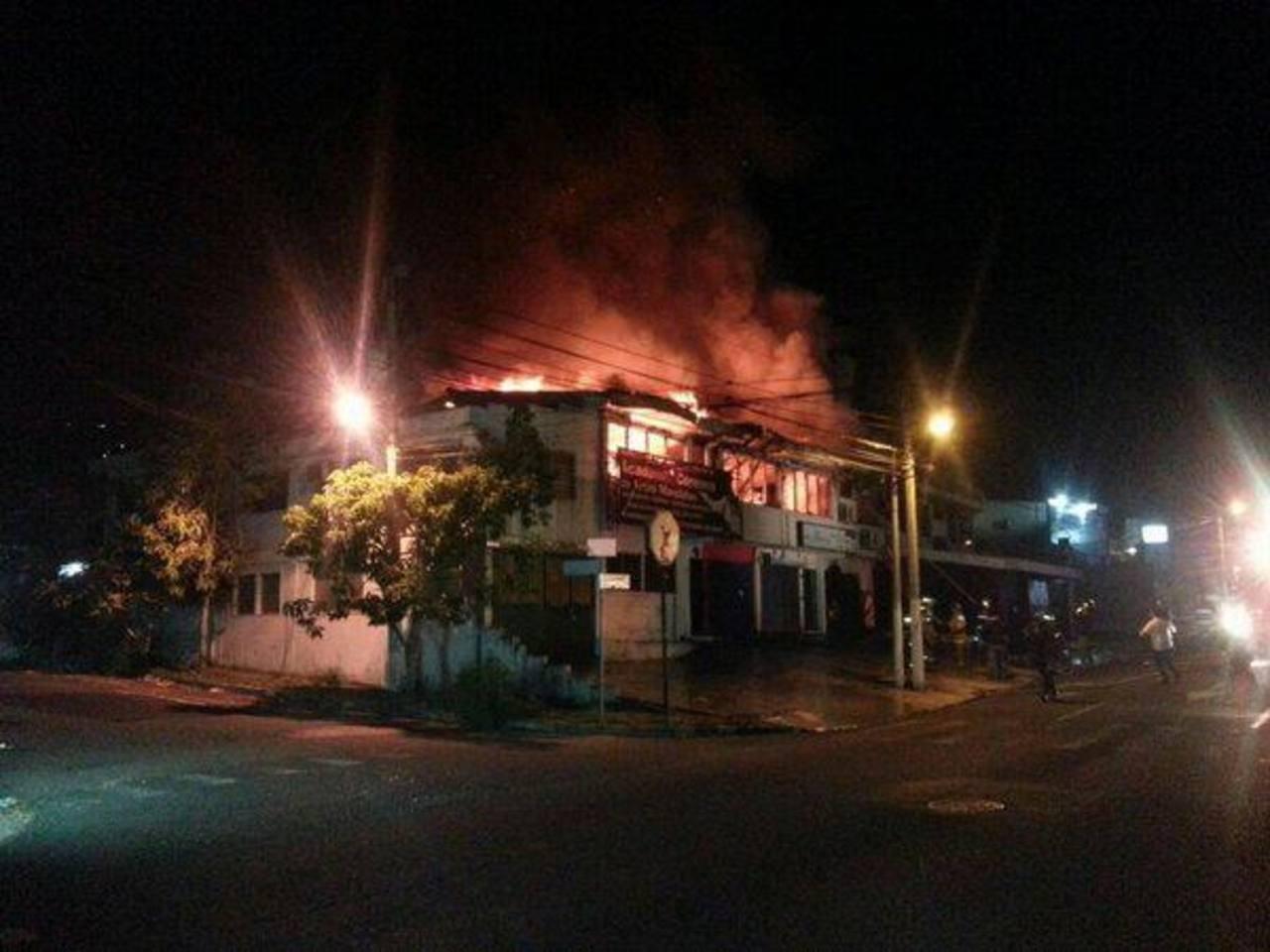 El incendio fue registrado sobre la 79a Avenida Norte de la colonia Escalón. Foto cortesía Cruz Roja Salvadoreña