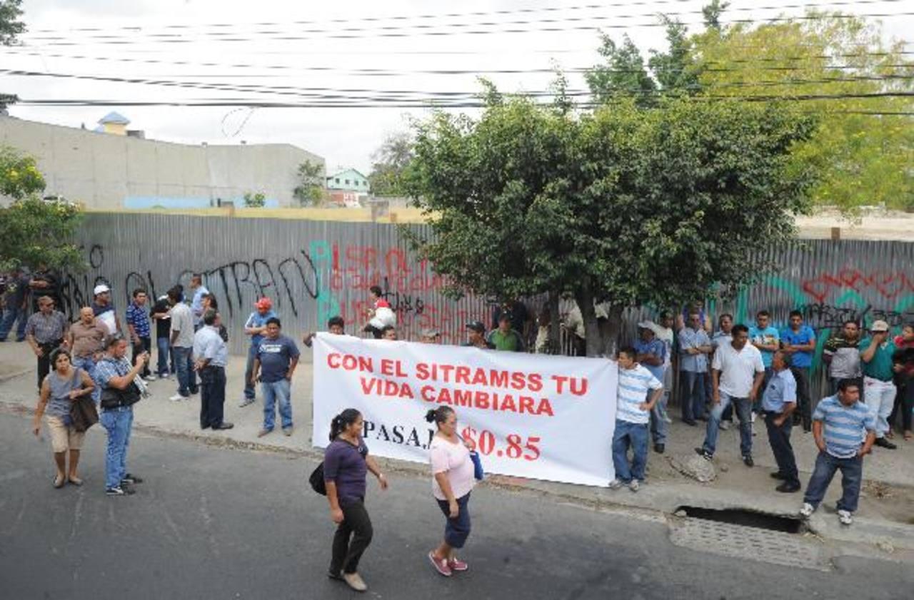 Los transportistas se reunieron frente al predio donde será construida la terminal de integración. Foto EDH/ Claudia castillo