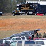 Policías y personal de emergencia en la propiedad del secuestrador identificado como Jimmy Lee Dykes. foto edh / ap