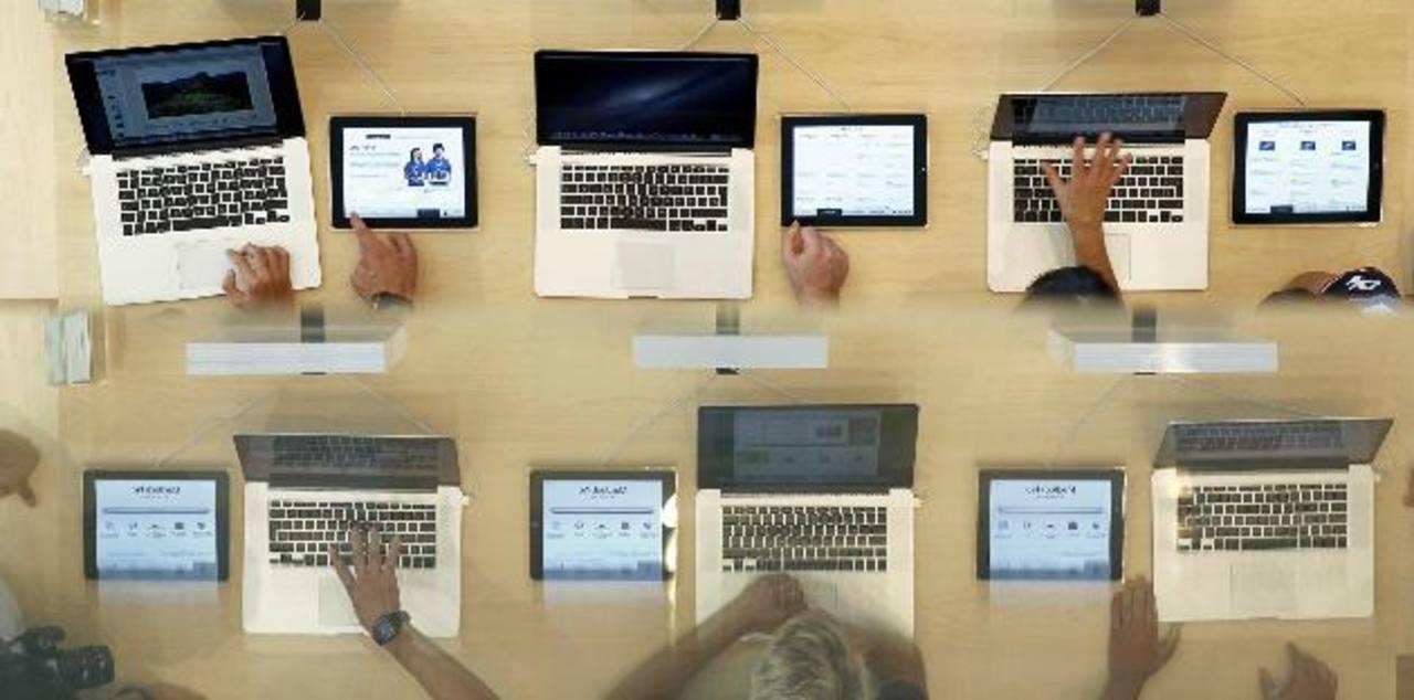 La versión base de la laptop MacBook Pro se venderá en 1,499 dólares. Y la computadora portátil de 13 pulgadas MacBook Air bajó de 1,399 a 1,299 dólares por unidad.