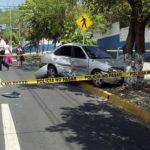 El supuesto ladrón chocó contra un árbol cuando intentaba escapar de las autoridades, en la zona del Inframen. Foto vía Twitter Diana Escalante