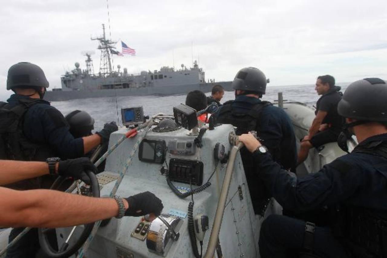 La fragata de guerra USS Courts (al fondo) participaba en la operación Martillo. foto edh / archivo