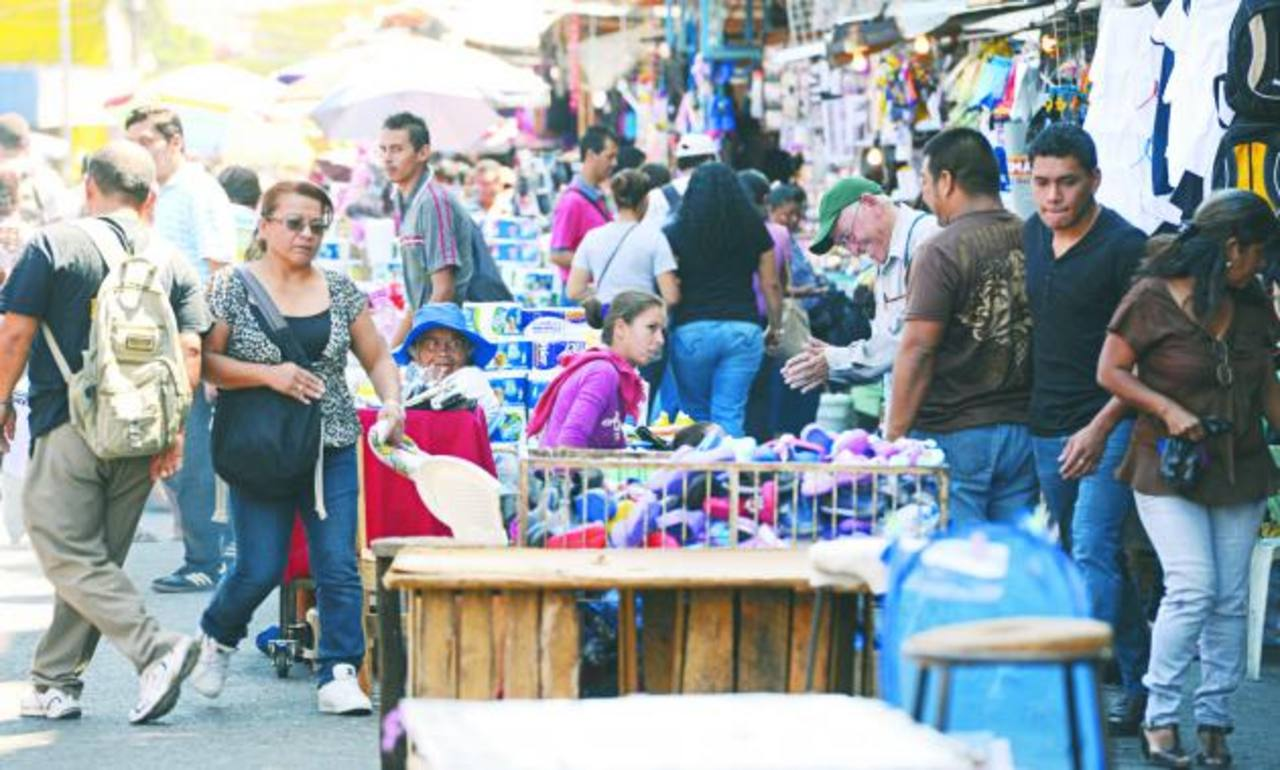 Los vendedores prevén autoordenarse y eliminarán las segundas filas de ventas, pero la calle seguirá invadida por los puestos. foto edh / marvin recinos