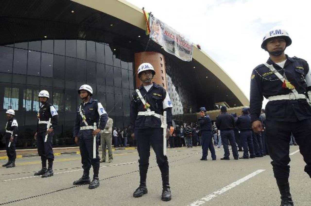 """El gobierno también ordenó ayer el despliegue de militares en los tres aeropuertos """"para garantizar la continuidad de los servicios"""". foto edh / reuters"""