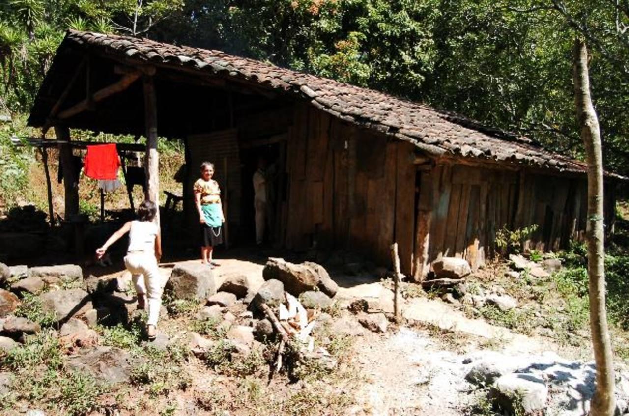 Miles de personas en El Salvador viven en pobreza, a pesar de que se gastan millones en asistencialismo. foto EDH / archivo
