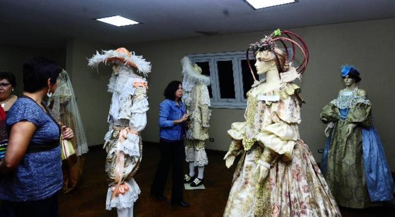 La Casa de las Academias mostró trajes de diversas épocas elaborados por el diseñador salvadoreño Mario Chacón.