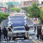 Policías cerraron la 25a Avenida Sur, cerca de la colonia San Juan, para inspeccionar el camión robado. Foto EDH / Douglas U.