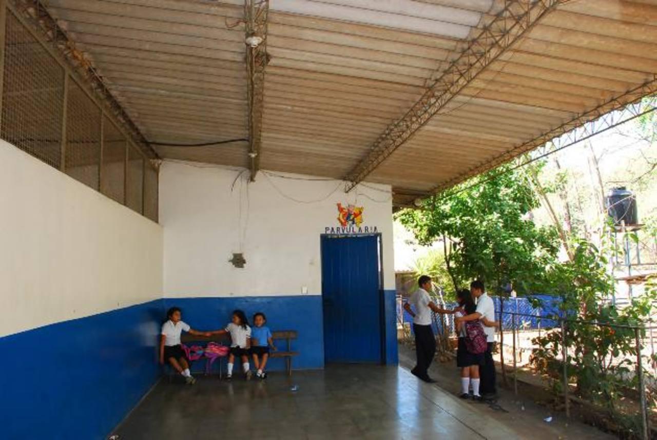 En ese corredor ubican a los alumnos cada vez que de emergencia deben salir de las aulas. foto edh / insy mendozaEn la imagen se aprecia daño en techo de una de las aulas afectadas. foto edh / Insy Mendoza