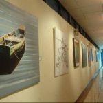 Las obras de arte que están en exhibición en uno de los pasillos del parlamento. Foto/ Archivo