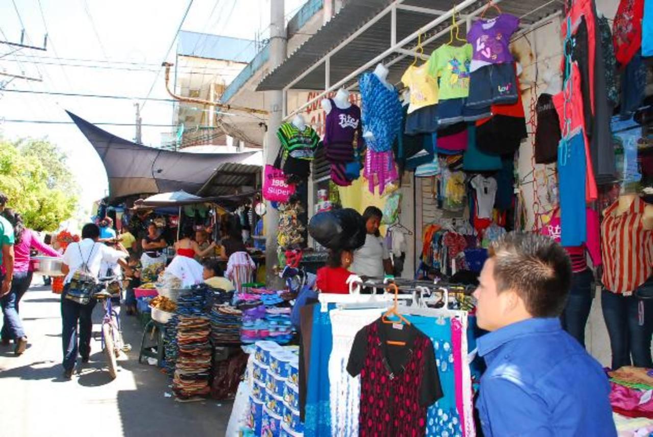 Los comerciantes del mercado de La Unión aseguran que la semana anterior pagaron, al menos por cuatro días, con un incremento del 100 por ciento los impuestos. foto edh / insy mendoza