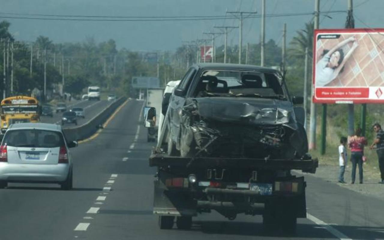El agente sacó de prisión a los sujetos a bordo de este carro, que minutos después se accidentó. Foto EDH / Éricka Chávez