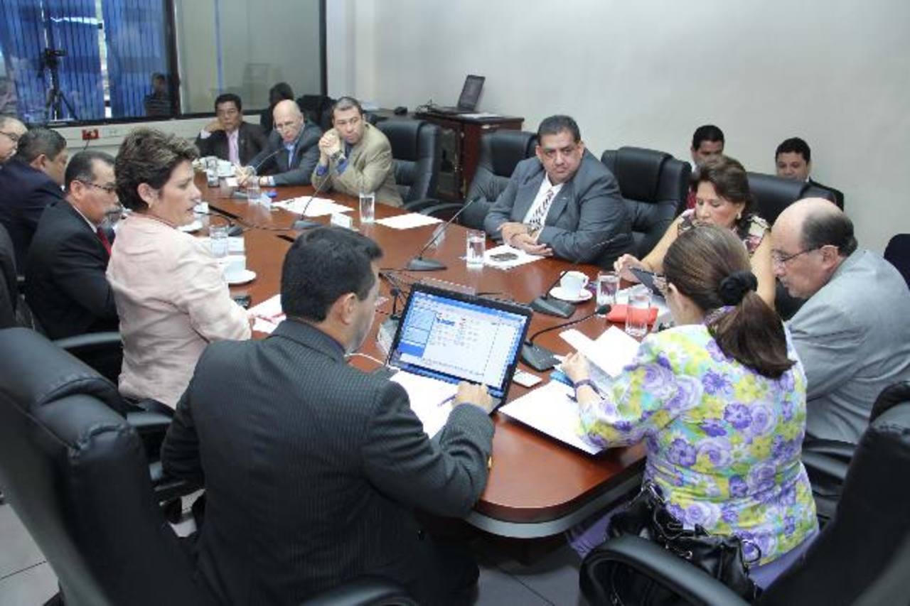 Los diputados acordaron sanciones hasta de $12 mil para quienes incumplan con la ley de partidos. Foto EDH