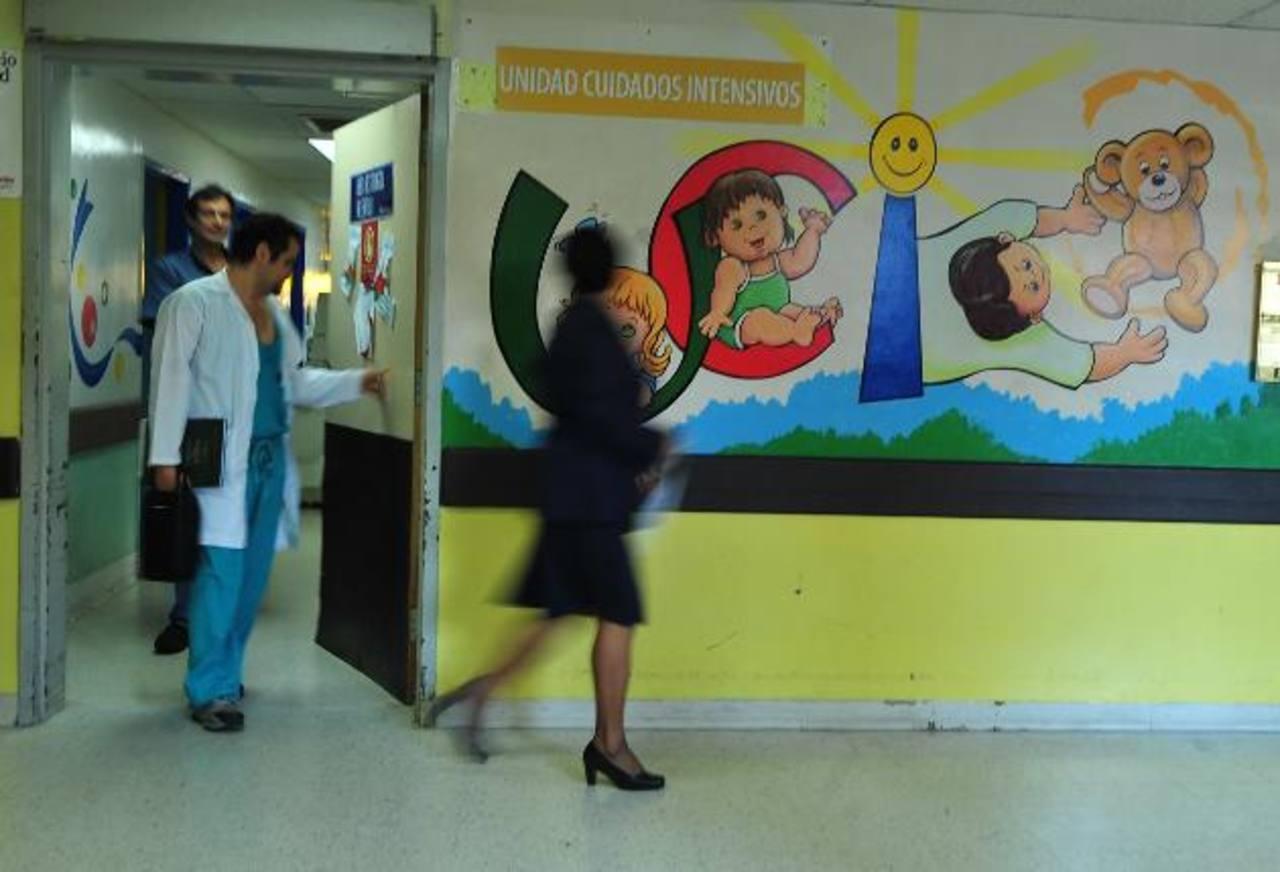 Personal del hospital Bloom sale del área de cuidados intensivos. Foto EDH / archivo