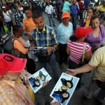 En las fotografías Chávez aparece acostado mientras lee el diario cubano Granma del 14 de febrero acompañado de sus hijas Rosa Virginia y María Gabriela. Foto EDH /Ap