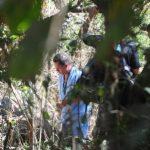 Dos cadáveres fueron hallados, ayer, en una finca de la colonia Barcelona, en el kilómetro 54 de la carretera a Zacatecoluca. Llevaban cerca de un año sepultados. Foto EDH / Mauricio Cáceres