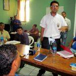 El edil Edwin Parada (de pie) se defiende de las acusaciones en su contra durante la sesión de concejo extraordinaria realizada ayer. Foto EDH / Mauricio Guevara