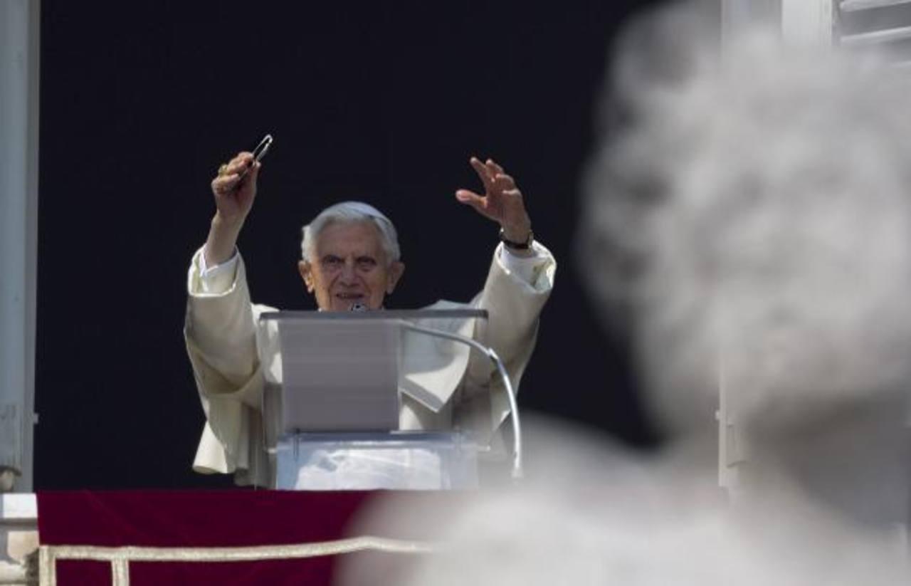 """La multitud coreaba """"larga vida al Papa"""", aplaudiendo varias veces mientras el Papa hablaba desde su ventana. foto edh / ap"""